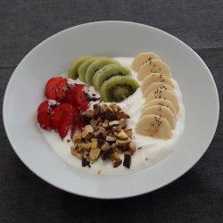 Iogurte grego com fruta e frutos secos