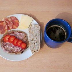 Panqueca com queijo, doce e morango e pão maravilha