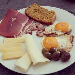 Almoço paleo rápido - ovos, queijos e enchidos