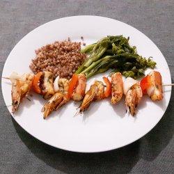 Espetadas de polvo e camarão com trigo sarraceno e grelos