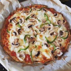 Pizza paleo com cogumelos, cebola, queijos e pimento