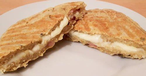 Tosta em pão de micro-ondas com bacon e orégãos