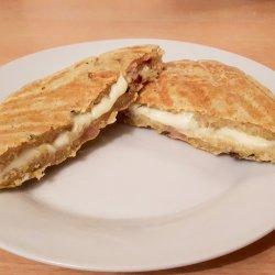 Tosta em pão com bacon e orégãos