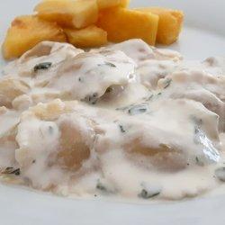 Raviolis de atum e queijo com molho de mangericão