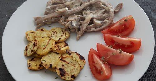 Strogonoff de porco com batata doce grelhada